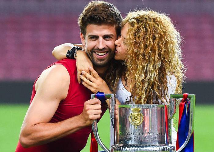 Gerard Piqué ganha beijo da esposa Shakira (Crédito: Getty Images)