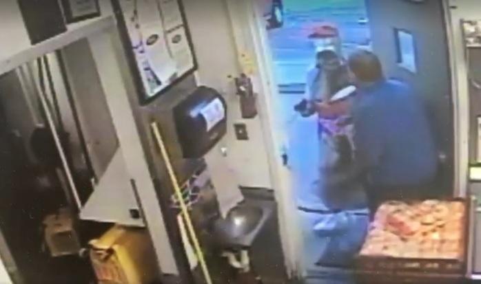Homem fantasiado de garrafa de refrigerante assalta bar nos EUA (Crédito: Reprodução)