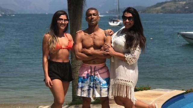 Romário posa com as filhas (Crédito: Instagram)
