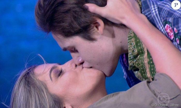 Nicolas Prattes dá beijão em bailarina e internet vai a loucura