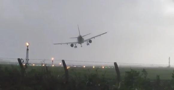 Avião luta contra o vento para pousar (Crédito: Reprodução)
