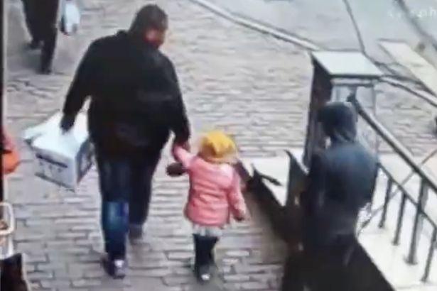Sequestrador espera momento exato para pegar criança (Crédito: Reprodução)