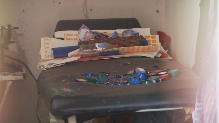 Maca empoeirada e velha serve de mesa para guardar fitas isolantes usadas na aplicação em Jaboticabal, SP  (Crédito: Alexandre Sá/EPTV)