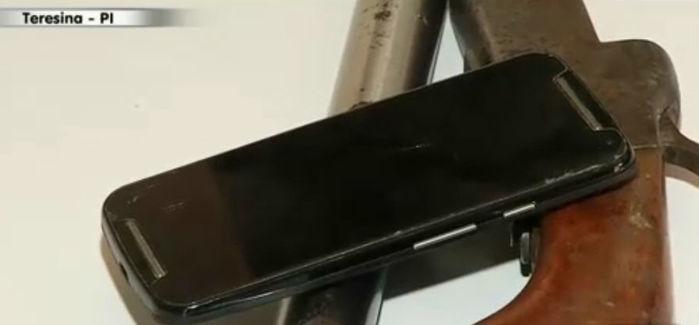 Celular e arma da vítima (Crédito: Rede Meio Norte)