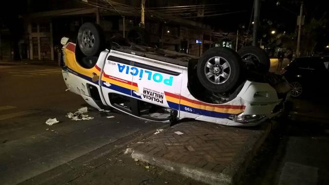 Homem embriagado bate em viatura e deixa dois policiais feridos