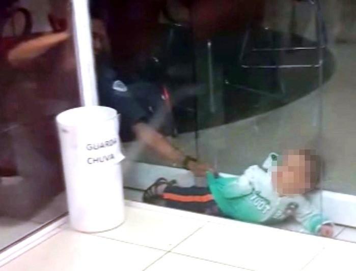 Criança ficou presa entre portas (Crédito: Reprodução)