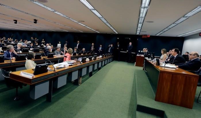 Deputados reunidos no plenário da CC