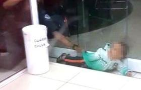Menino de 1 ano é resgatado ao ficar preso entre paredes de vidro
