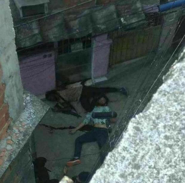 Imagem mostra personagens mortos no morro