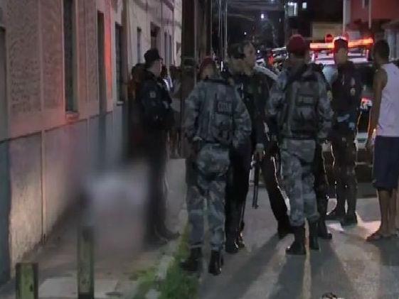 Menina é morta com 9 tiros e bebê de colo é baleado em Fortaleza