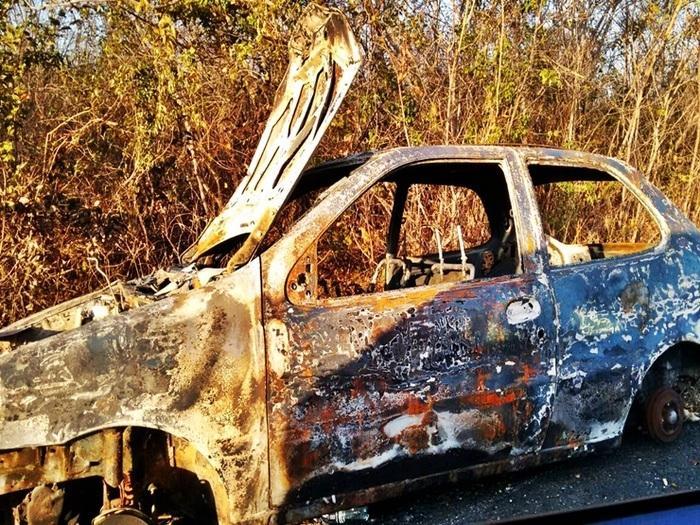 Veículo ficou destruído após incêndio (Crédito: Costa Norte)