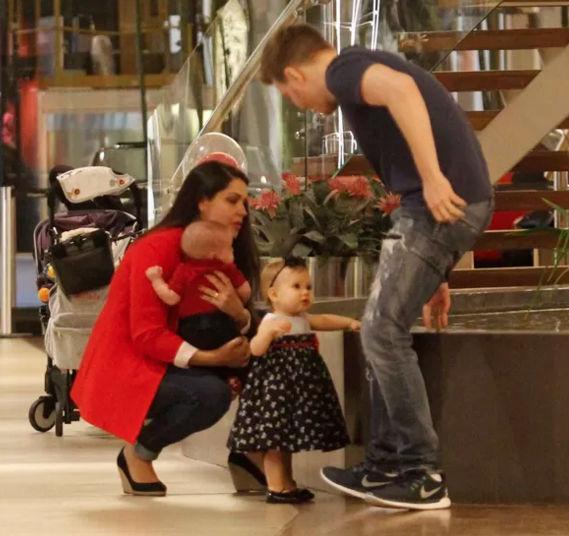 Filhos de Thaís Fersoza e Michel Teló roubam a cena durante passeio (Crédito: AgNews)