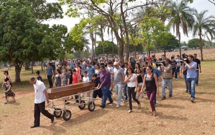 Centenas de pessoas prestaram as últimas homenagens a João Pedro Calembo (Crédito: TV Anhanguera )