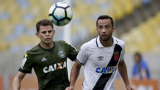 Nenê disputa bola com Jonas, do Coritiba (Crédito: GE)