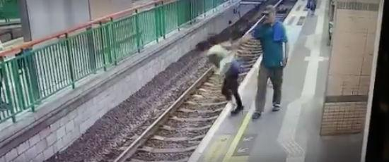 Vídeo flagrou o momento do empurrão (Crédito: Reprodução)