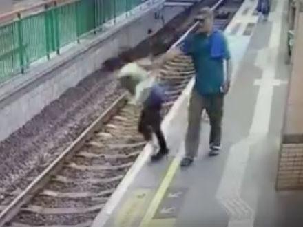 Homem é preso após empurrar mulher em estação de trem