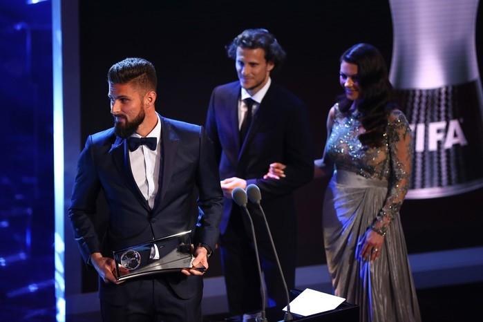 Giroud, do Arsenal, recebe o Prêmio Puskás (Crédito: Getty)