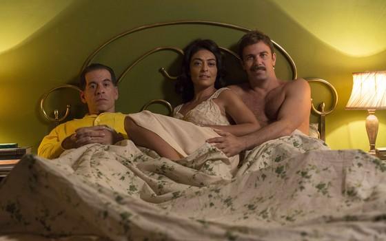 Juliana Paes posa entre Leandro Hassum, que interpreta Teodoro, e Marcelo Faria, que vive Vadinho no filme