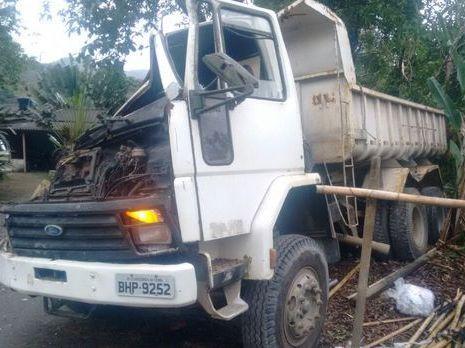 Caminhão desgovernado atinge ponto de ônibus e mata 3 pessoas