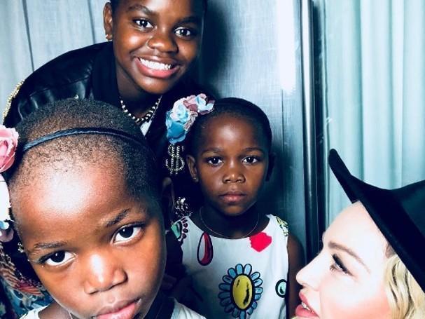 """No Brasil, Madonna posa ao lado das filhas e diz: """"pré-casamento"""""""