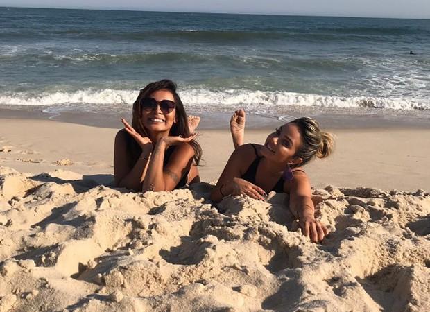 Carol Nakamura curte praia com amiga (Crédito: Reprodução/ Instagram )
