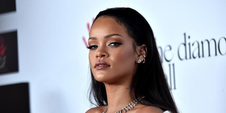 Rihanna diz que se arrependeu do dia em que perdeu a virgindade