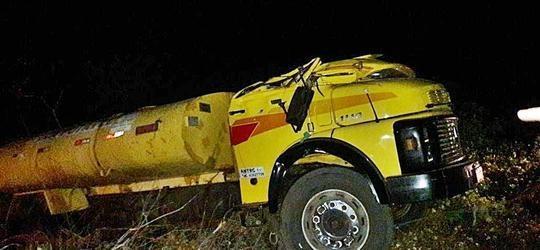 Caminhão-pipa tomba em rodovia do litoral do Piauí