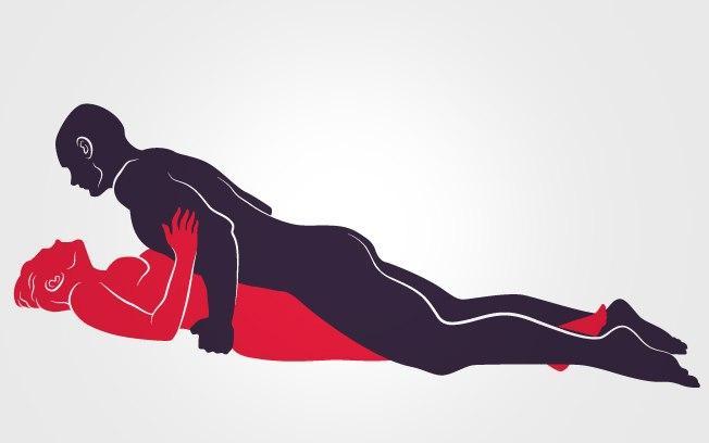 POUSO RELAXADO: Ela deita com as pernas bem fechadas, ele vem por cima e massageia o pênis roçando no corpo dela. Foto: Renato Munhoz (Arte iG)  Fonte: Delas - iG @ http://delas.ig.com.br/amoresexo/2014-05-29/sexo-plus-size-posicoes-excitantes-e-confortaveis-para-as-gordinhas.html