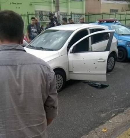 Carro foi atingido por pelo menos 17 tiros