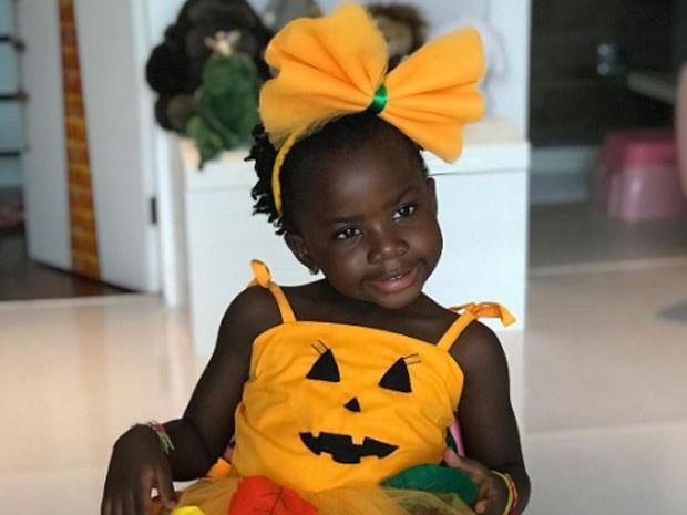 Giovanna Ewbank posta foto de Titi pronta para Dia das Bruxas