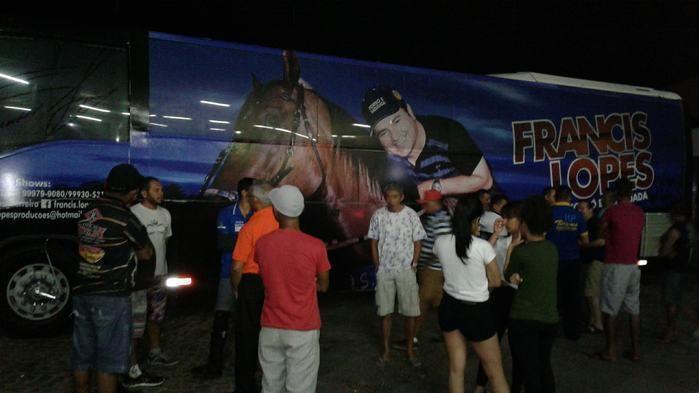 Ônibus do cantor Francis Lopes foi atingido a tiros (Crédito: Reprodução)