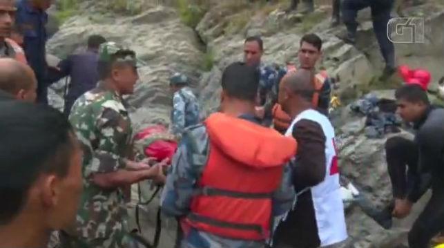 Resgate de vítimas de acidente com ônibus no Nepal (Crédito: G1/Agência Reuters)