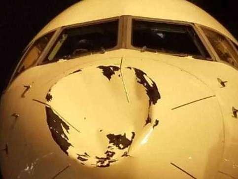 Jogadores se assustam com amassado enorme na frente de avião