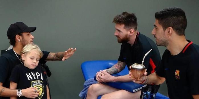 Neymar visita ex-colegas do Barça e torcedores dividem opiniões