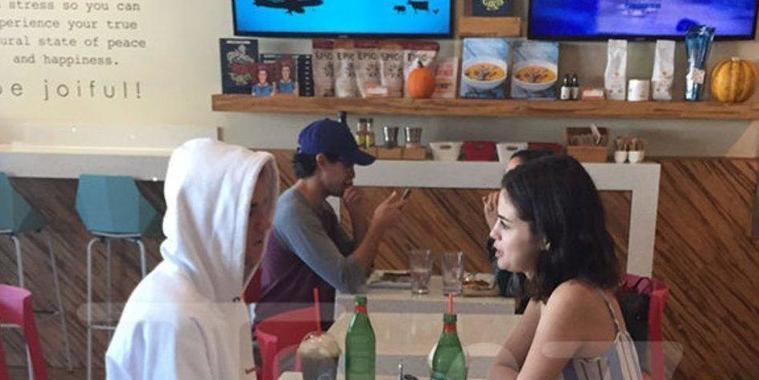Selena Gomez e Justin Bieber são flagrados tomando café juntos