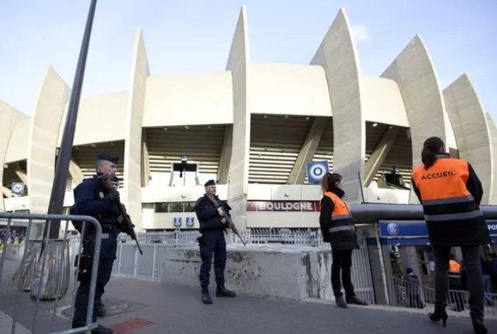 Bomba foi desativada antes de partida de sábado (Crédito: AFP)