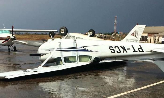 Avião ficou com as rodas para o alto durante o temporal (Crédito: Divulgação)