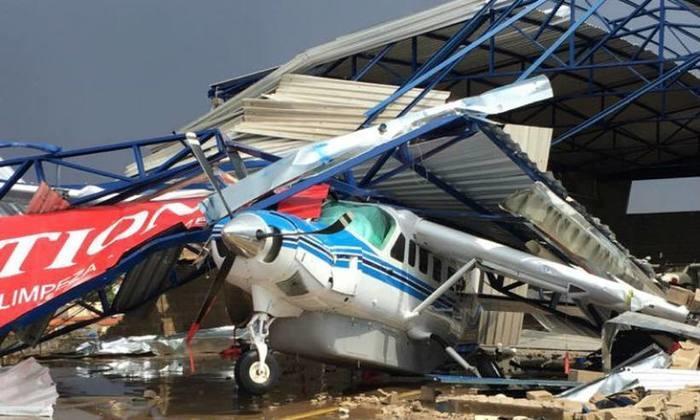 Estrutura de hangar caiu sobre aeronave durante a chuva (Crédito: Divulgação)