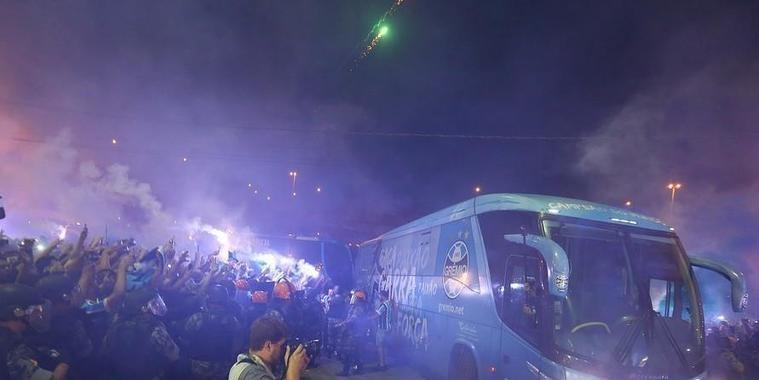 Grêmio orienta torcedores a facilitarem o trajeto da delegação