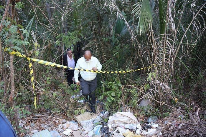 Delegado Bareta no local onde corpo foi encontrado (Crédito: Efrém Ribeiro )