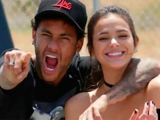 Neymar fica irritado ao ver Bruna Marquezine no colo de bonitão