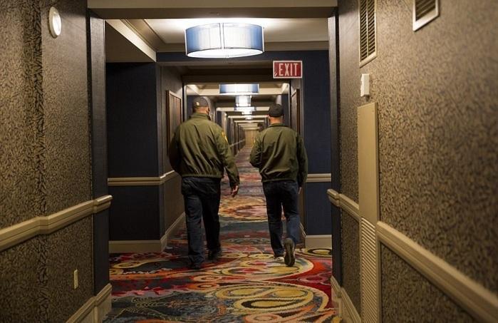 Fotos mostram corpo do atirador de Las Vegas e armas espalhadas pelo quarto do hotel (Crédito:  Bild/Polaris)