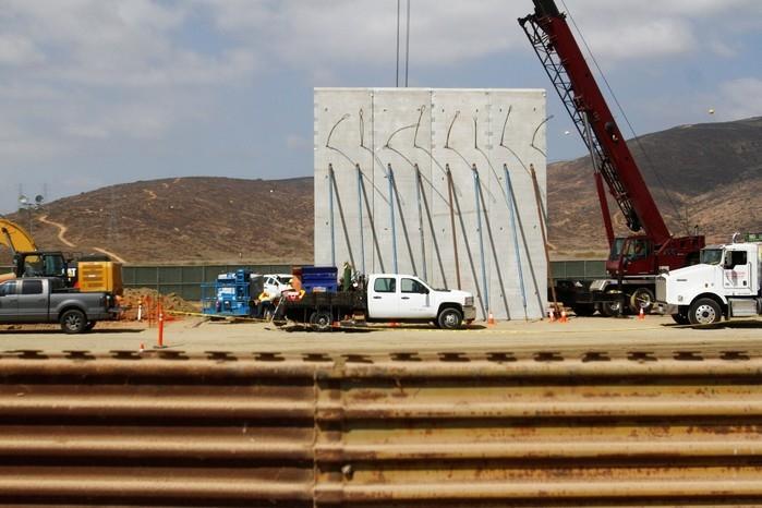 Protótipo de muro é instalado nesta terça-feira (3) em San Diego, na Califórnia (Crédito: Reuters)