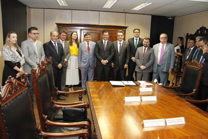 Ministro assina homologação da obra do Aeroporto de Bom Jesus (Crédito: André Oliveira)