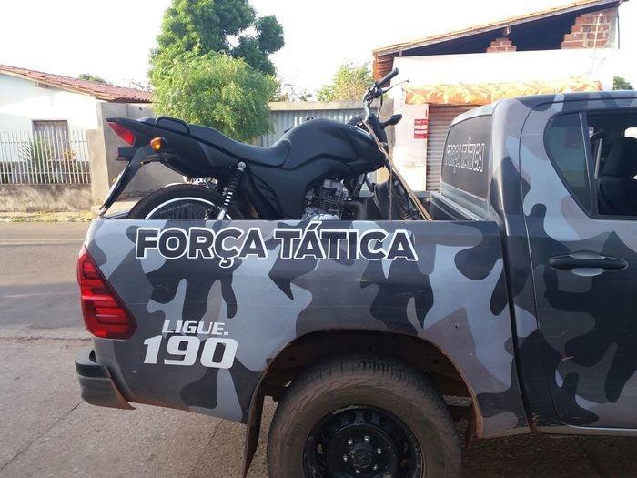 Moto usada pelos criminosos foi apreendida (Crédito: Polícia Militar)