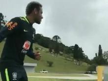 Neymar faz gol improvável durante treino da seleção brasileira