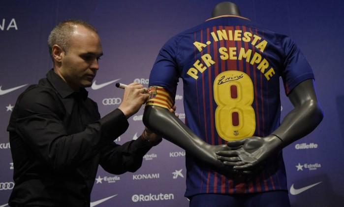 Iniesta assina contrato vitalício (Crédito: Reprodução)