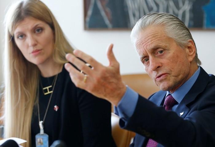 Diretora Executivo da Campanha Internacional para a Abolição das Armas Nucleares (Ican), Beatrice Fihn, ao lado do ator Michael Douglas, durante coletiva na sede da ONU, em Genebra, em foto de arquivo  (Crédito:  Denis Balibouse/ Reuters)