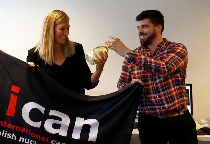 Beatrice Fihn, Diretora Executivo da Campanha Internacional para a Abolição das Armas Nucleares (ICAN), recebe garrafa de champanhe do marido após anúncio do prêmio Nobel de 2017  (Crédito:  Denis Balibouse/ Reuters)