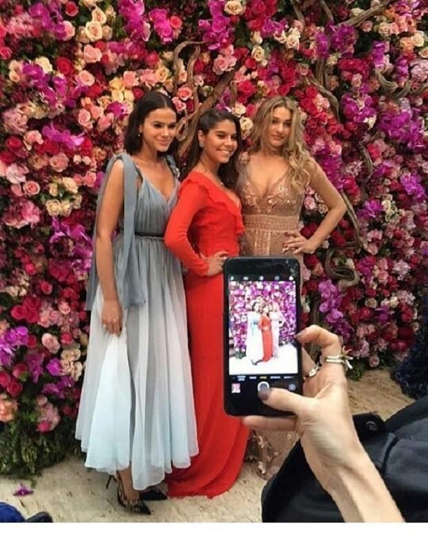 Bruna Marquezine e Sasha com amiga